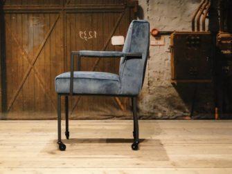 blauw stoel op wielen