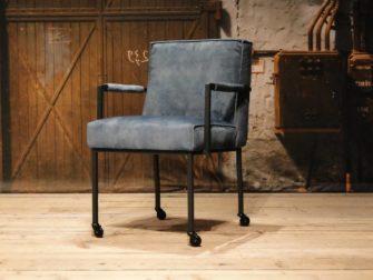 blauwe industriële stoel