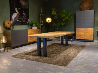 Grote tafel met stalen poot