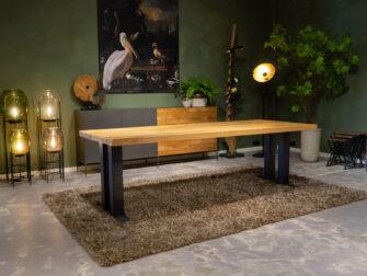 Tafel met dik houten blad