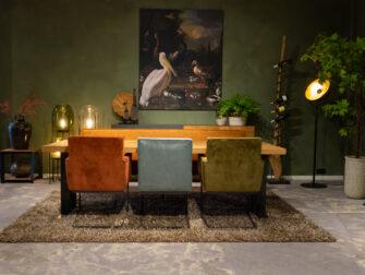 Grote tafel met stoelen