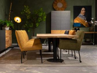 Tafel met stoelen en bank