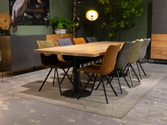 Grote tafel met eetkamerstoelen