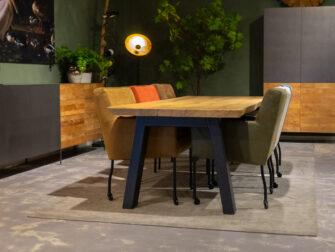 boomstamtafel met stoelen