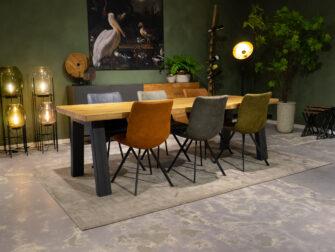 tafel met eetkamerstoelen
