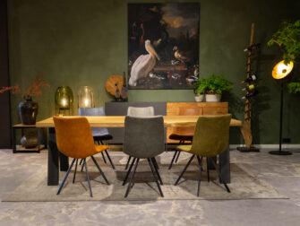 massieve tafel met stoelen