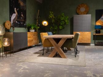 tafel met vier stoelen