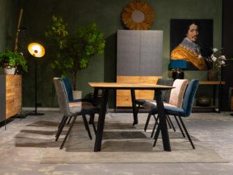 Tafel voor vier eetkamerstoelen